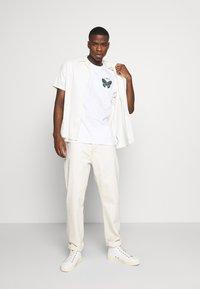 Obey Clothing - BUTTERFLY - Triko spotiskem - white - 1