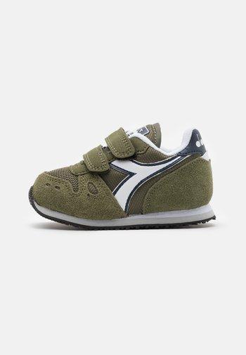 SIMPLE RUN UNISEX - Zapatillas de entrenamiento - green rosemary
