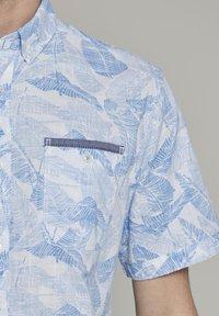 TOM TAILOR - RAY SLUB HOLIDAY PRINT - Shirt - white blue big leaves design - 1