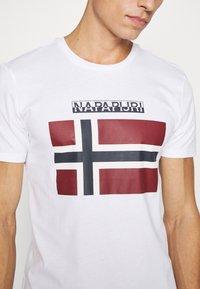 Napapijri - SELLYN - T-shirt med print - bright white - 5