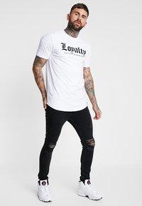 Supply & Demand - RALLY TEA - T-shirts print - white - 1