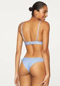 OYSHO - V-CUT FLORAL BIKINI BRIEFS - Bikini bottoms - light blue - 1