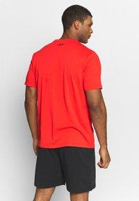 Under Armour - PROJECT ROCK BRAHMA BULL  - Print T-shirt - versa red/black - 2