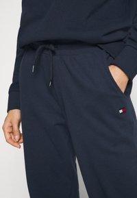 Tommy Hilfiger - FLAG CORE TRACK PANT - Pyjama bottoms - navy blazer - 4
