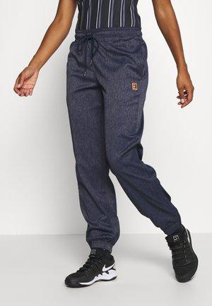 PANT - Pantalones deportivos - obsidian/silver/wheat