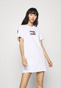 Tommy Jeans - LOGO TEE DRESS - Sukienka sportowa - white - 0