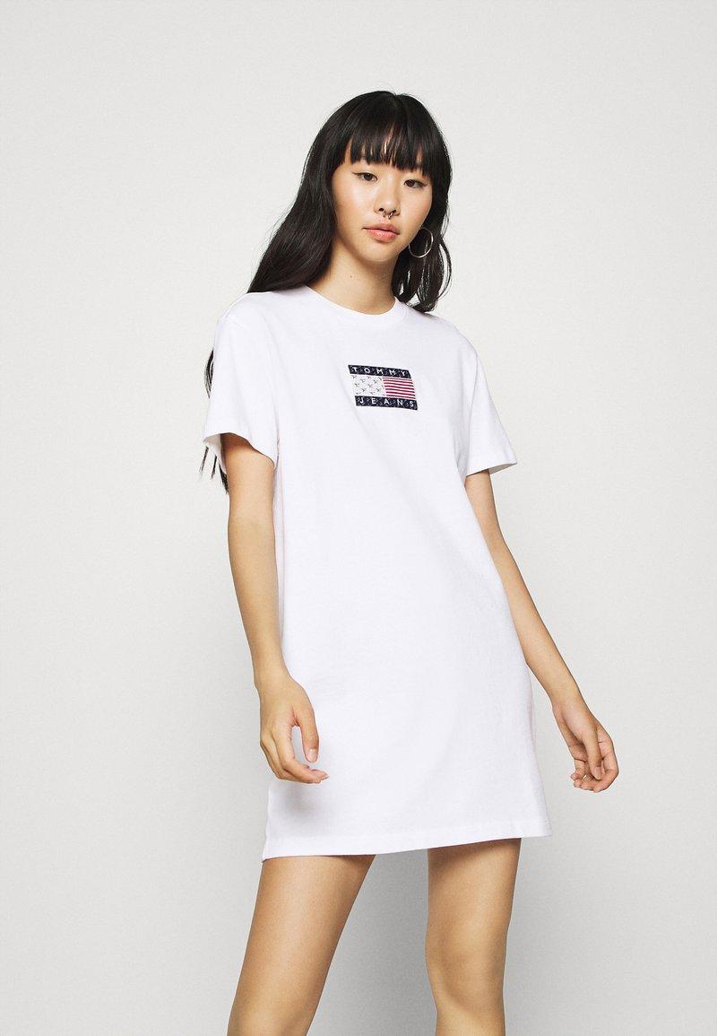 Tommy Jeans - LOGO TEE DRESS - Sukienka sportowa - white