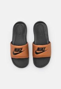 Nike Sportswear - VICTORI ONE SLIDE - Mules - black/metallic copper - 5