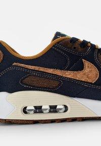 Nike Sportswear - NIKE AIR MAX 90 - Sneakers basse - obsidian/wheat-coconut milk-white - 5