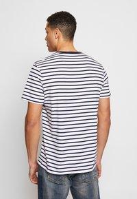 Lyle & Scott - BRETON STRIPE  - T-shirt med print - navy/white - 2