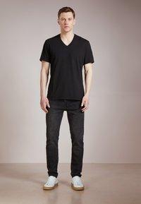 James Perse - V-NECK TEE - T-shirt basic - black - 1