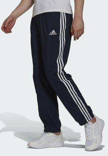 3-STRIPES SAMSON SPORTS ESSENTIALS AEROREADY PRIMEGREEN PANTS - Pantaloni sportivi - blue
