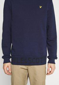 Lyle & Scott - BOTTOM BRANDED CREW NECK - Sweatshirt - navy - 5