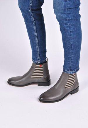 CHELSEA BOOT SUVI MIT STREIFEN UND HERZCHEN - Ankle boots - grau