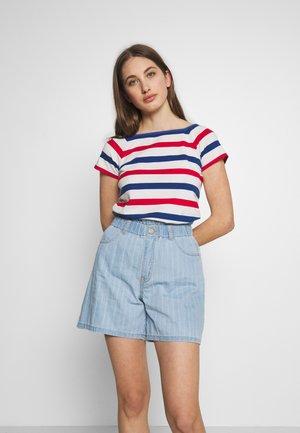 MELANIE - T-shirt imprimé - pearl/twilight blue/true red