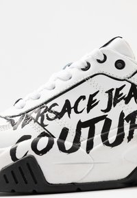 Versace Jeans Couture - Baskets basses - bianco ottico - 6