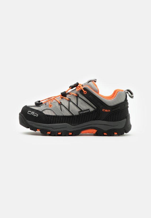 KIDS RIGEL LOW TREKKING SHOE WP UNISEX - Hiking shoes - cemento/flash orange