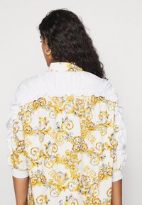 Versace Jeans Couture - Button-down blouse - bianco ottico - 5
