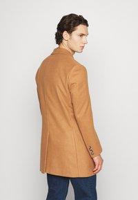 Isaac Dewhirst - Classic coat - camel - 2