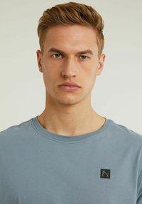 CHASIN' - Basic T-shirt - blue - 2