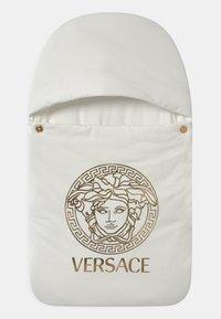 Versace - OUTDOOR NEST PRINT MEDUSA UNISEX - Dětský spací pytel - white/gold - 0