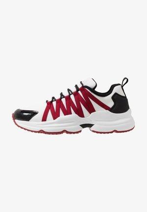 CHUNKY RUNNER - Sneakersy niskie - white/black/red