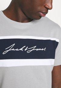 Jack & Jones - JORADAM TEE CREW NECK 3 PACK - T-shirt z nadrukiem - tap shoe - 6