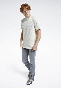Reebok Classic - CLASSICS SPLIT VECTOR T-SHIRT - Print T-shirt - beige - 1