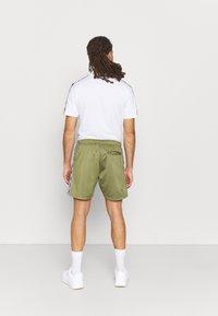 Umbro - ACTIVE STYLE TAPED TRICOT SHORT - Sports shorts - capulet/white - 2