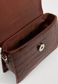 Monki - SHIRIN BAG - Håndveske - brown cocco - 3