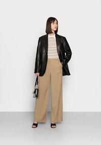Selected Femme - SLFTINNI-PORTA WIDE PANT - Pantalon classique - kelp - 1