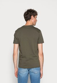 Calvin Klein - CONTRAST POCKET  - T-shirt con stampa - green - 2