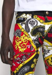 Versace Jeans Couture - TELO BELT PAISLEY LAV - Jeans slim fit - rosso - 4