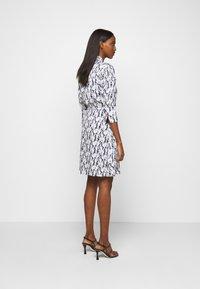 Victoria Victoria Beckham - SCARF NECK SURREAL HANDS TWILL MINI DRESS - Denní šaty - blue - 2