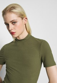 Pieces - PCKYLIE T NECK - T-shirt basic - deep lichen green - 3