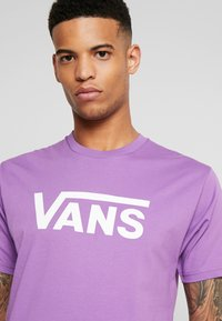 Vans - CLASSIC - Print T-shirt - dewberry/white - 4