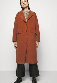 Proenza Schouler White Label - DOUBLEFACE COAT WITH SIDE SLITS - Zimní kabát - chestnut - 5