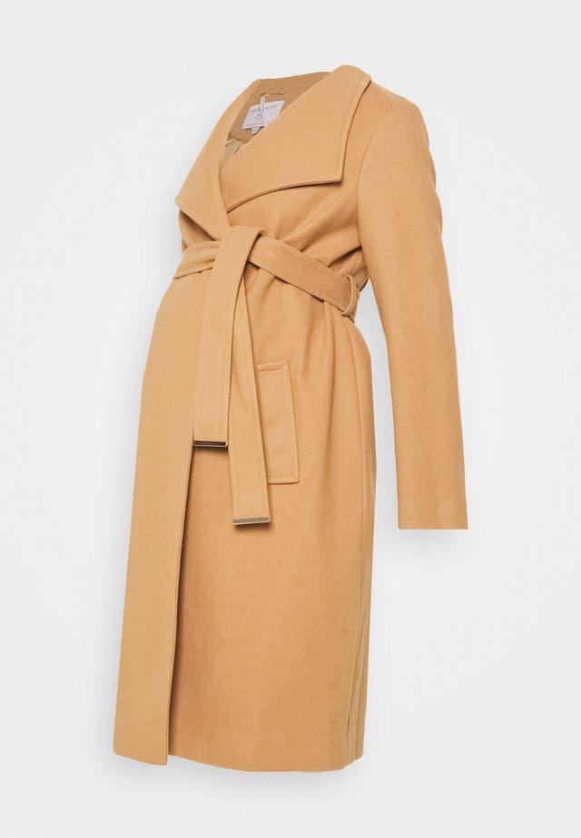 FUNNEL WRAP COAT - Klasický kabát - camel