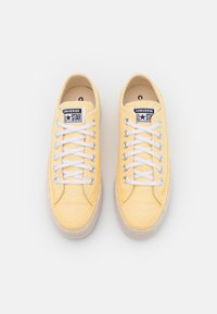 Converse - CHUCK TAYLOR ALL STAR PLATFORM - Trainers - banana cake/white/natural ivory - 5