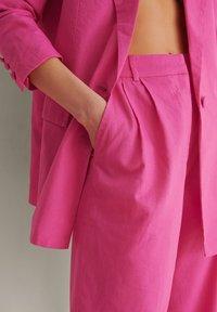 NA-KD - SUIT PANTS - Broek - pink - 4