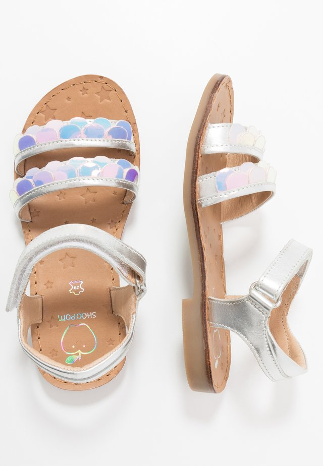 HAPPY SCALE - Sandalen - silver holo
