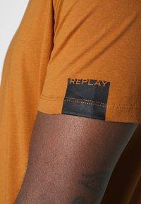 Replay - T-shirt basic - coffee - 6