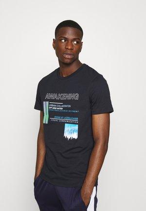 JCONIKON TEE CREW NECK REGULAR FIT - Print T-shirt - sky captain