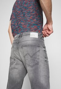 TOM TAILOR DENIM - TAPERED CONROY  - Jeans Tapered Fit - mid stone grey - 4