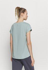 ONLY Play - ONPAUBREE TRAINING TEE - Basic T-shirt - gray mist - 2