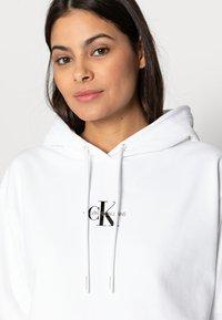 Calvin Klein Jeans - CROPPED MONOGRAM HOODIE - Sweatshirt - white - 4