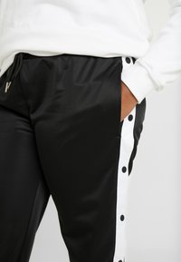 Urban Classics Curvy - LADIES BUTTON UP TRACK PANTS - Pantalones deportivos - black - 4