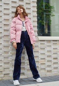 Levi's® - RIBCAGE BOOT - Spodnie materiałowe - lush indigo velvet - 4