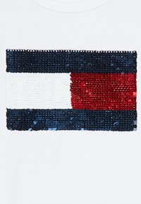 Tommy Hilfiger - FLAG FLIP SEQUINS TEE - Camiseta estampada - white - 4