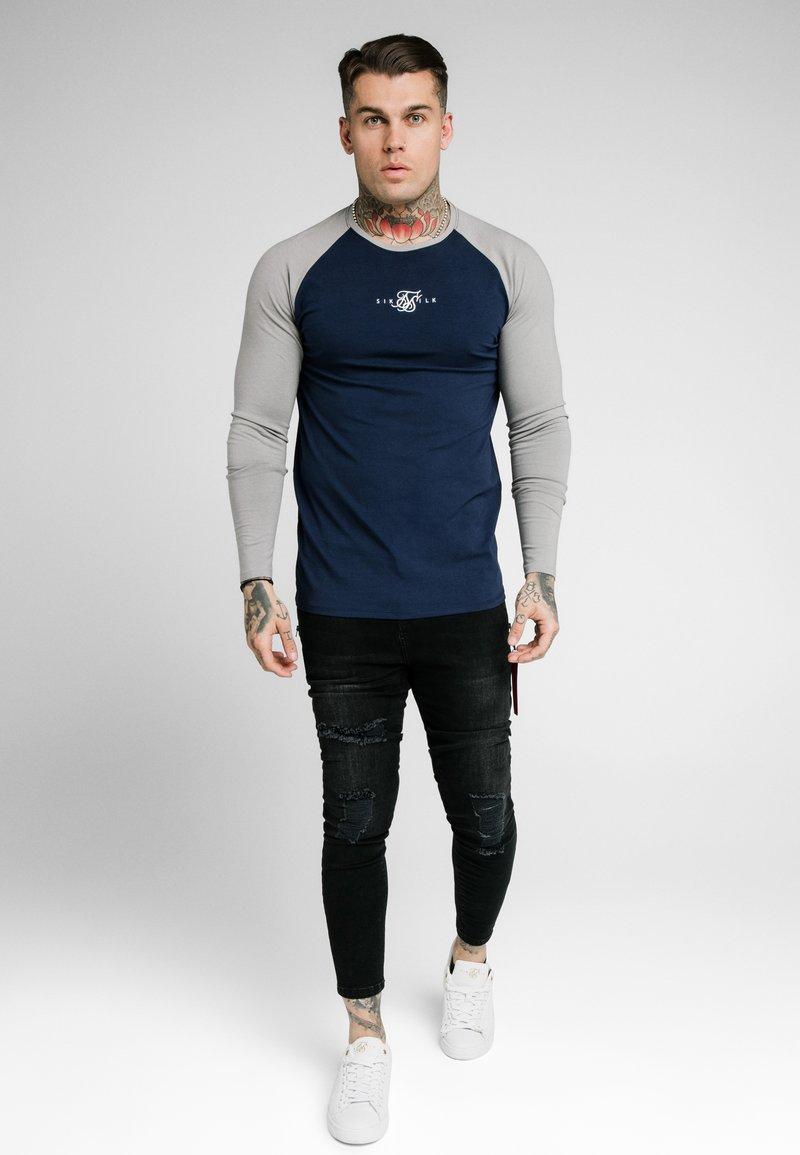 SIKSILK - SQUARE HEM TEE - Camiseta de manga larga - grey/navy